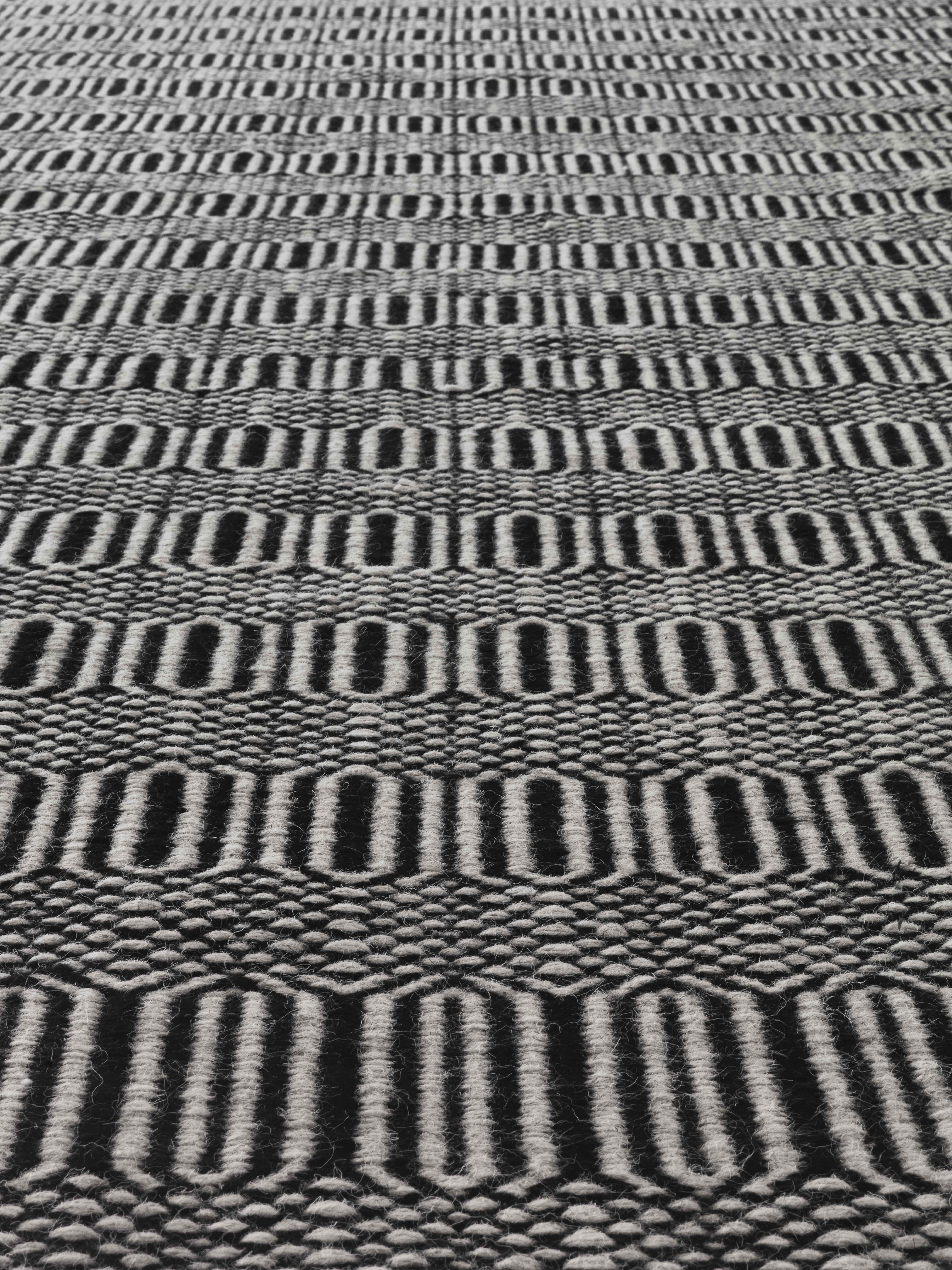 Detalle alfombra kilim blanco y negro Parentesi Quadra